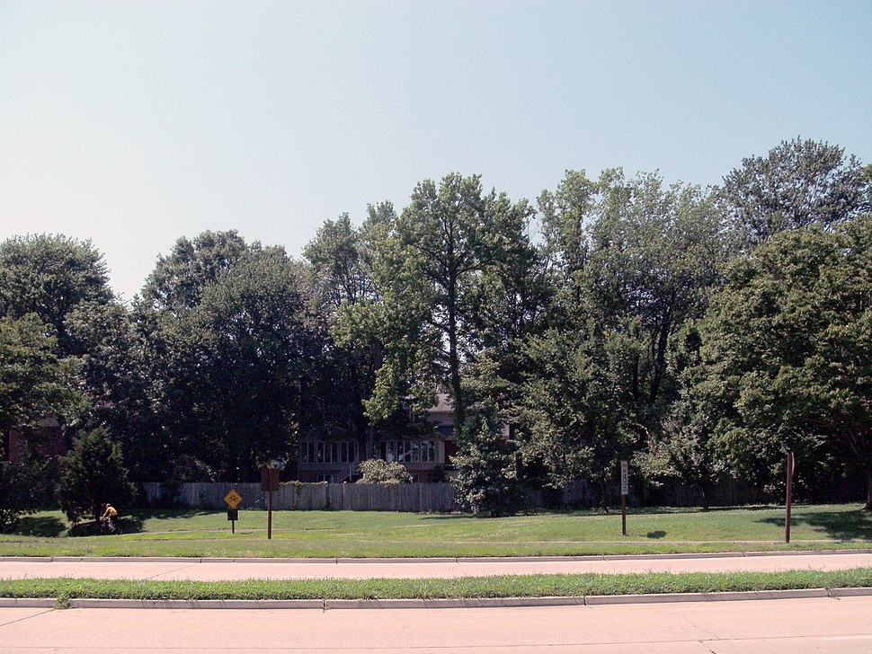 Houses along the George Washington Memorial Parkway