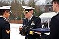 In-doorn-kregen-de-militairen-hun-eerbewijs-uit-handen-generaal-majoor-der-mariniers-ton-van-ede 01.jpg
