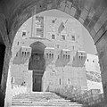 In de citadel van Aleppo Zicht op de hoofdpoort vanuit een binnenplaats, Bestanddeelnr 255-5952.jpg