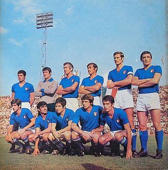 Giancarlo De Sisti - De Sisti (kneeling, in the middle) with the Italian national team in 1969