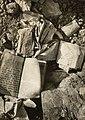 Jędrzejów. Hebrajskie książki w ruinach domu, 1941.jpg