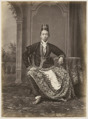 KITLV 10010 - Kassian Céphas - Javanese man in court dress, belonging to the family of Hamengkoe Buwono VII sultan of Yogyakarta - Around 1885.tif