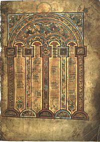 El folio 2º contiene una de las tablas canónicas de Eusebio de Cesárea.