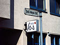 Kultur- und Gewerbezentrum Hannover Emil-Meyer-Straße 16 Hannoversche Werkstätten gGmbH Logo und Straßenschild.jpg