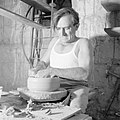 Kunstenaarskolonie Ein Hod. Pottenbakker draait een stuk aardewerk, Bestanddeelnr 255-2775.jpg