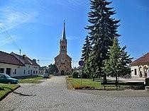 Kyselovice, náves s kostelem.jpg