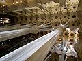 La cúpula de Gaudí sobre columnas.JPG