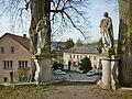 Lodhéřov, sochy před vstupem na hřbitov (1).jpg