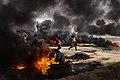 Manifestanti danno fuoco a pneumatici durante la Grande Marcia del Ritorno..jpg