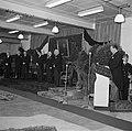 Mannen staand op een podium, onder hen fabrieksdirecteur Albert van Abbe (4e van, Bestanddeelnr 255-8575.jpg