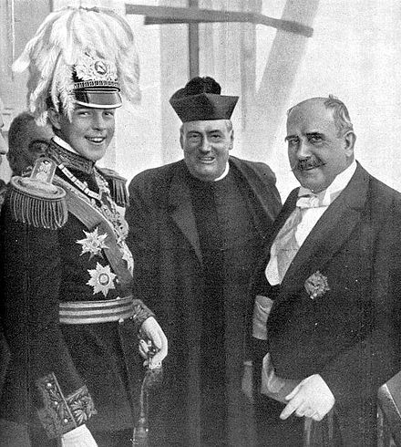 Manuel II with the Civil Governor of Porto on the King's national trip in 1908. Manuel II no Porto 1908.jpg