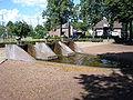 Maren-Kessel, fontaine symbolisant une écluse.JPG