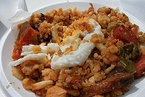 Español: Un plato de migas con huevo