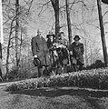 Minister Bot, de Keukenhof te Lisse geopend, Jacoba van Beijeren toont minister , Bestanddeelnr 917-5913.jpg