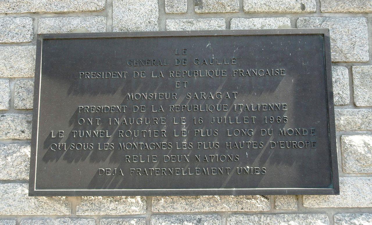 Placa inaugural del túnel del Mont Blanc, en el lado francés.