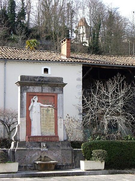 Monument aux morts (Prat-Bonrepaux, Ariège, France).