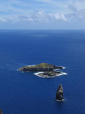 Tangata manu - Motu Nui, with the smaller Motu Iti in front and the isolated sea stack of Motu Kau Kau between them and the viewer. Viewed from the top of a 250 meters (820 feet) sea cliff at Orongo.