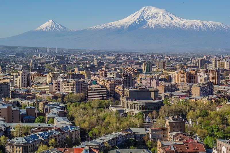 Гора Арарат на небокраї Єревана. У центрі фото видно будинок опери.