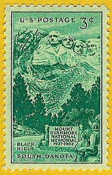 Zelená 3centová poštovní známka zobrazující lidi dívající se na Mount Rushmore