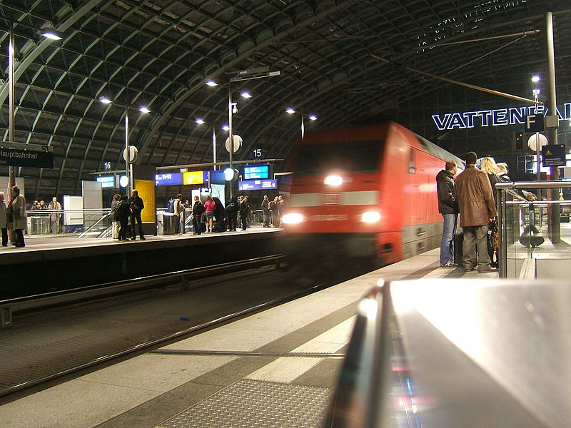 File:Night train arriving in Berlin hauptbahnhof (2194615449).jpg