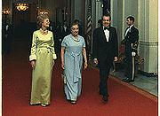 Golda Meir con Richard e Pat Nixon nel 1973. Tra la statista israeliana e il Presidente degli Stati Uniti vi era reciproca antipatia.