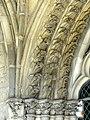 Noyon (60), cathédrale Notre-Dame, cloître, galerie ouest, fenêtre du réfectoire à g. de la porte, chapiteaux et archivoltes.jpg