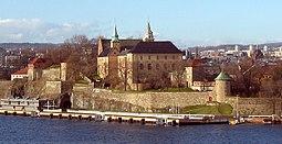 Akershus fæstning.   Fra højre:   Munks tårn, Jomfrutårnet, Denne kongelige mausoleum, Sørfløyen, Romeriksfløyen, Knutstårnet, Denne dobbelte batteri og Laboratoriekjøkkenet (hvid bygning).   Blåtårnet, Romerikstårnet og Nordfløyen i baggrunden.   Prins Carls bastion fra 1648 går fra Munks tårn og til højre mod søen.   Romerikbastionen fra 1611 og 1641 foran Knutstårnet.