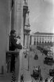 O presidente do Governo, Afonso Costa, discursa de uma das janelas da antiga sala do Conselho de Estado, na comemoração do 2º aniversário da separação da Igreja do Estado - Benoliel, 1913.png