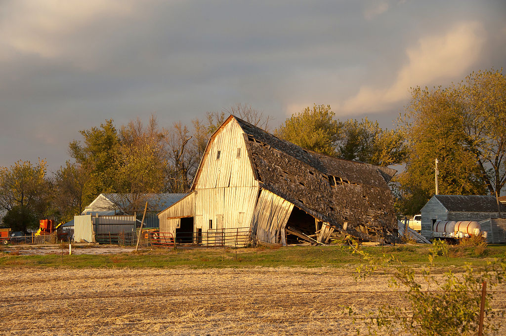 File Old Barn Down Story County Iowa Jpg Wikimedia Commons