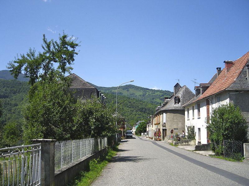 Orgibet (Ariège, France) - Vue de la rue principale.