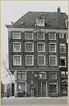 foto van Onderdeel van het grote hoekpand Prins Hendrikkade 155-156-Kalkmarkt 1-2, met schilddak en pilastergevels