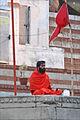 Pélerin en méditation sur un ghat (Varanasi) (8471353749).jpg