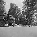 Pantserwagen van de 49th West Riding Infantry Division op een brug met Duitstali, Bestanddeelnr 900-2841.jpg
