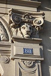 Пилястра с головой льва в Париже