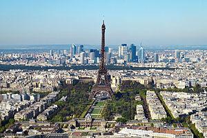 Torre Eiffel e o centro financeiro de La Défense (ao fundo) vistos da Torre Montparnasse.