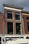 foto van Pand met lijstgevel met geprofileerde vensterdorpels en roedenverdeling in stijl