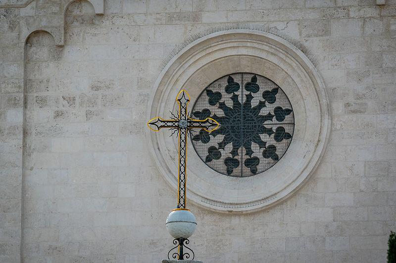 רמלה  העתיקה  - כנסייה וסמל צלב