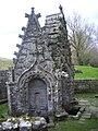 Pluméliau – chapelle Saint-Nicodème, fontaines (01).jpg