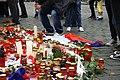 Praha, Staroměstské náměstí, rozloučení s třemi zahynulými českými hokejisty, svíčky a vlajka.jpg