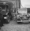 Prins Bernhard met prinses Margriet bij auto, Bestanddeelnr 900-6093.jpg