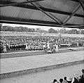 Publiek bij de ontvangt van het koninklijk gezelschap in het stadion van Paramar, Bestanddeelnr 252-4750.jpg