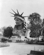 A szobor feje a párizsi világkiállításon