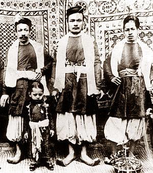 Newar traditional clothing - Men in sayn kaytā trousers, circa 1920s