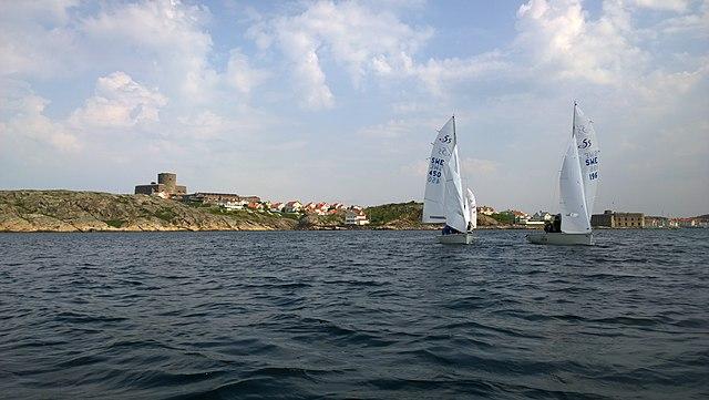 640px-School_children_sailing_outside_Marstrand.jpg