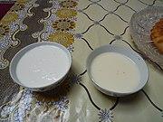 Deux bols de lait, celui de gauche plus épais et plus blanc, celui de droite plus clair et beigeâtre.