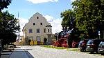 Simbach am Inn — Bahnhofsplatz — Postfiliale mit musealer Lokomotive.jpg