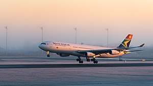 South African Airways Airbus A340-313 ZS-SXE MUC 2015 02.jpg