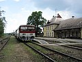 Stará Turá, nádraží, vlak s vozem 811.015.jpg