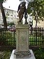 Statueta la Biserica Adormirea Maicii Domnului - panoramio.jpg