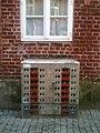 Stromkasten mit Hochhausmotiv in der Altstadt von Lüneburg.jpg